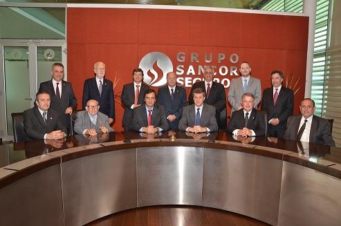 El nuevo Consejo de Administración, junto al homenajeado Silvio Delloni, y el Ceo del Grupo Sancor Seguros, Néstor Abatidaga